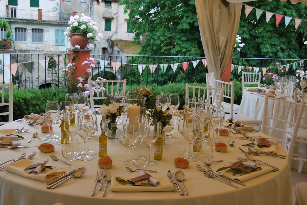 Matrimonio in Liguria: Il tavolo degli sposi con fiori e colori
