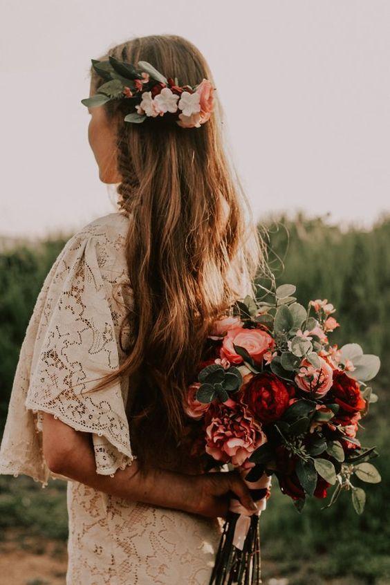capelli sposa morbidi e naturali con fiori d'autunno