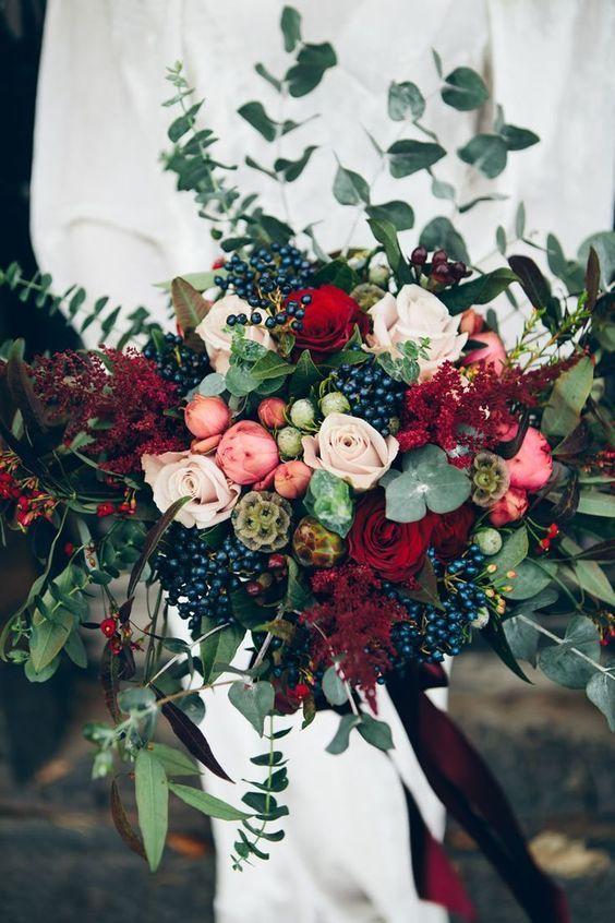 bouquet sposa con bacche scuro