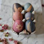 uova decorate con colori naturali per pasqua